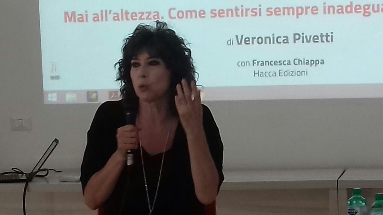 """Veronica Pivetti ad Unicam presenta il libro """"Mai all'altezza: come  sentirsi sempre inadeguata e vivere felice"""" -FOTO e VIDEO - Picchio News -  Il giornale tra la gente per la gente"""