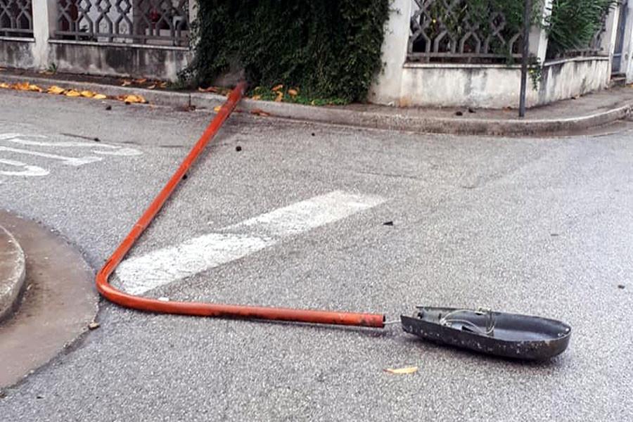 Tragedia sfiorata a civitanova: cade un palo dellilluminazione