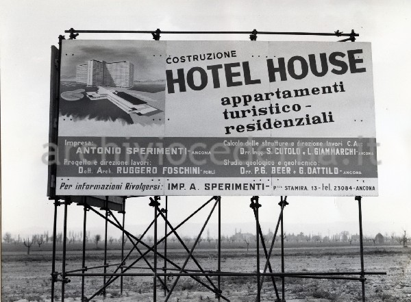 hotel house cartellone