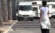 Civitanova, nomade deruba un ambulante al mercato: denunciata