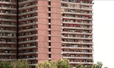 Droga, armi, sim e patenti false: operazione della polizia all'Hotel House e al River Village
