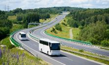 Ragazzi in gita, ma l'autobus non era in regola e procedeva a velocità elevata. Pesante sanzione per una società di trasporti.