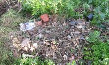 Montecosaro, il fosso di via Fermana usato come discarica