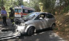 Sbanda mentre percorre la provinciale: estratta dall'auto dai vigili del fuoco - FOTO