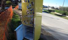 Montecosaro, frigorifero abbandonato sul ciglio della strada (FOTO)
