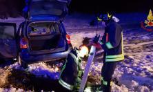San Ginesio,  Incidente tra tre auto a causa del ghiaccio: donna cade in un pozzetto, salvata dai  Vigili del Fuoco