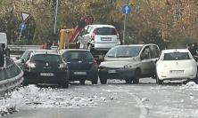 Curva ghiacciata, carambola di cinque auto (FOTO)