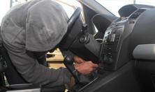 Civitanova, 27enne scippa capi d'abbigliamento da un'auto in sosta: denunciato