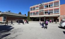 Tolentino, aggressione shock alla scuola Lucatelli: impiegata minacciata con un coltello