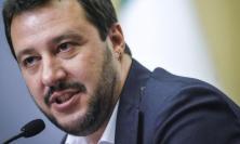 """Civitanova, fumogeno al gazebo della Lega, Salvini: """"Delinquenti! Noi andiamo avanti"""""""