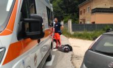 Sarnano, centauro svizzero sbanda e finisce fuori strada: allertata l'eliambulanza - FOTO