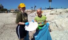 """Civitanova, volontari puliscono la spiaggia: """"Una discarica a cielo aperto"""" (FOTO)"""