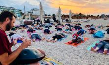 Civitanova, yoga al tramonto in riva al mare per lo Yoga Day di venerdì 21 giugno