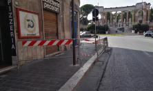 Macerata, cornicione pericolante in corso Cavour: marciapiede transennato