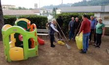 """San Severino, nonni volontari all'opera per ripulire il giardino del plesso """"Gentili"""""""