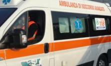 """Serrapetrona, camion si ribalta lungo la statale """"Val di Chienti"""": interviene il 118"""
