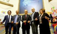 """Unimc, una folla di studenti per il taglio del nastro della mostra """"Planet or Plastic"""" (FOTO)"""
