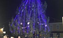 Ussita dona l'abete natalizio a Porto Potenza Picena: grande festa per l'accensione