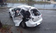 Morrovalle, scontro tra due auto e un trattore: un ragazzo è grave (FOTO)