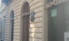 Treia, malviventi irrompono all'Ubi Banca forzando la porta d'ingresso