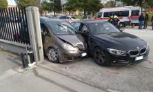 Corridonia, scontro tra due auto: una Lancia Musa scaraventata contro il muretto della Edif (FOTO)