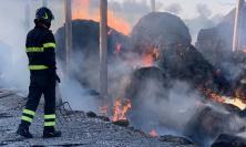 San Ginesio, a fuoco capannone pieno di balle di fieno: anche il sindaco sul posto (FOTO)