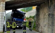 San Severino, autoarticolato resta incastrato nel sottopasso ferroviario: intervengono i Vigili del Fuoco