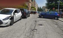 Macerata, auto si scontra con una vettura in sosta e poi si ribalta: giovane donna al Pronto Soccorso (FOTO)