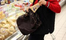 Macerata, ruba cibo e vestiti al supermercato: 33enne scoperta da un carabiniere in borghese