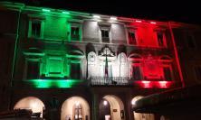 San Severino, nuova veste luminosa per il Palazzo comunale: si avvolge col Tricolore