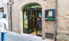 Attimi di terrore a Macerata, ubriaco entra all'interno della Farmacia e aggredisce il titolare e un passante