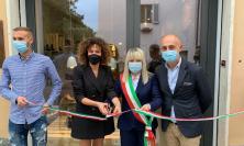 """San Severino, taglio del nastro per il nuovo """"Seboy's Store"""": presente il sindaco Rosa Piermattei"""