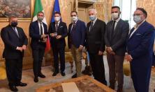 """Il Premier Conte riceve la moneta celebrativa dedicata a Raffaello Sanzio: """"Presto sarò nelle Marche"""""""