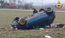 Appignano, l'auto esce di strada e si ribalta: mamma e figlio al pronto soccorso