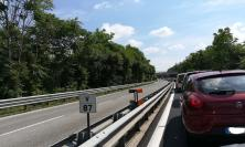 Auto in fiamme in direzione Sforzacosta: superstrada chiusa al traffico, coda chilometrica