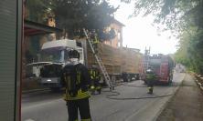 Macerata, a fuoco un camion che trasporta balle di paglia: traffico in tilt in via Bramante (FOTO)