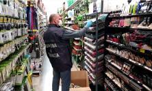 Vendevano scarpe e occhiali da sole contraffatti: sequestrati oltre 5mila prodotti non conformi