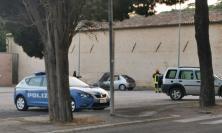Macerata, auto divorata dalle fiamme: conducente accosta e chiama i soccorsi