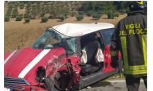 Macerata, schianto tra auto e camion: uomo estratto dalle lamiere e trasferito a Torrette (Video e Foto)