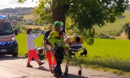 Recanati, perde il controllo della Vespa e si schianta contro un albero: 35enne soccorso in eliambulanza (FOTO e VIDEO)