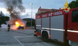Colbuccaro, auto a fuoco all'alba: non si esclude il dolo - FOTO