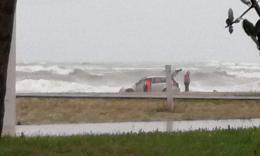 """Civitanova, auto bloccata sulla spiaggia: """"Volevo far vedere il mare a mia madre"""""""