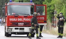 Recanati, trattore si incendia in Contrada Chiarino: le fiamme arrivano al campo