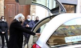 Macerata, Douglas Medori torna alla sua 'Gioielleria': l'ultimo saluto dei commercianti del centro (FOTO)