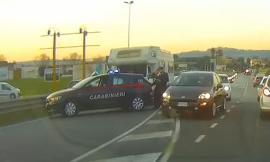 Montecosaro,  carabinieri tagliano la strada e bloccano camper di rom (FOTO)