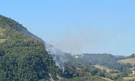 Bosco in fiamme a Valfornace: prende corpo la pista dolosa