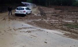 """Maltempo, riaperta la Provinciale dell'Asola a Montelupone: auto intrappolata nel fango sulla """"Bivio Vergini"""" (FOTO)"""