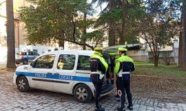 Macerata, ubriaco alla guida provoca incidente e insulta la Polizia Locale: denunciato 25enne