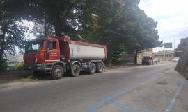 Macerata, camion perde il carico lungo le mura, Polizia Locale sul posto