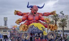 Solidarietà da Viareggio a Mogliano: donata un'opera di cartapesta per la festa di Halloween